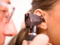 Ein Arzt untersucht ein Ohr