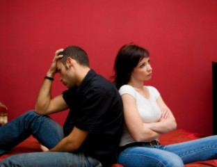Besorgter Mann mit verärgerter Frau