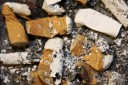 Das Betrachten von Zigarettenstummeln auf Fotos kann die Lust auf das Rauchen br